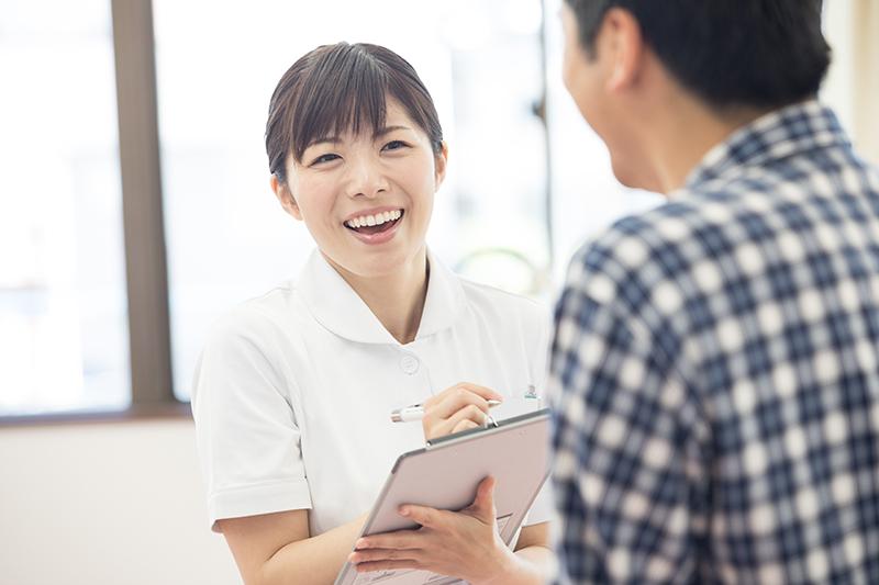 看護師が処置室にて患者様の症状に応じて身長・体重・血圧・脈拍などを測定してから診察を受けて頂きます